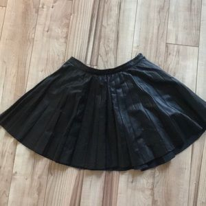 FAUX LEATHER BLACK PLEATED SKIRT S